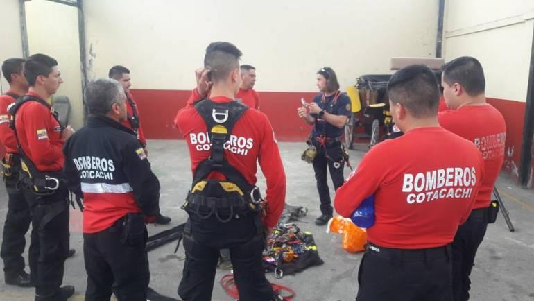 Bomberos de Fons Valenciá de España capacitan al personal del Cuerpo de Bomberos de Cotacachi