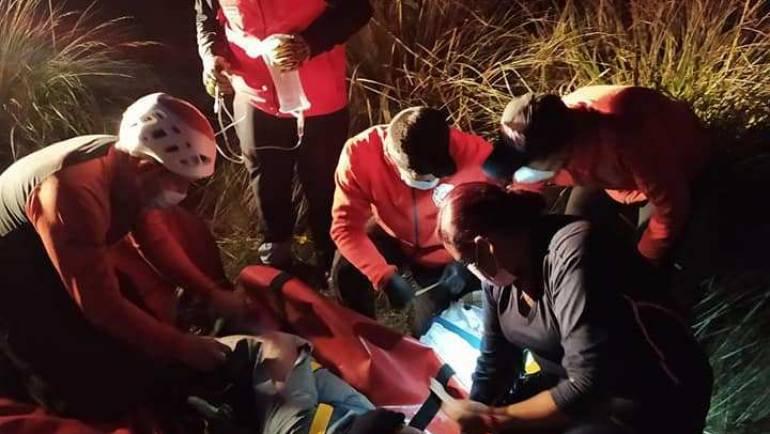 BOMBEROS DE COTACACHI Y CAYAMBE RESCATAN A TURISTA EN EL CERRO COTACACHI